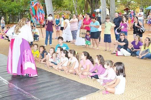 Atores da Cia. Contaram histórias infantis para um público atento e participativo