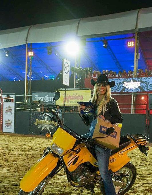 O prêmio da atleta foi uma moto