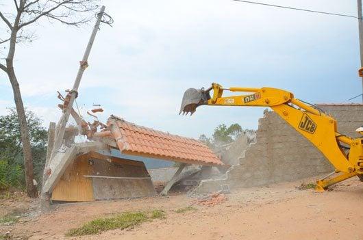 No local, após notificações, a municipalidade demoliu paredes e construções