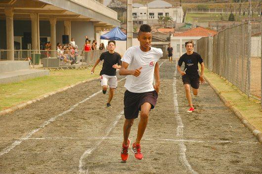Provas de Atletismo contaram com meninos e meninas de Amparo