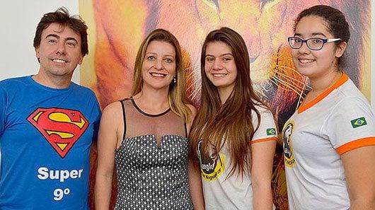 O professor Paulinho Munhoz ao lado da diretora Vivian Dutra e das alunas semifinalistas Giulia e Luana \Foto: William Alexandre (Billy)