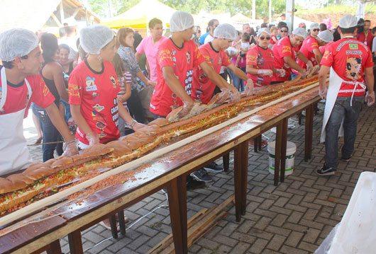 Cachorro-quente gigante é 58 vezes maior do que um de tamanho tradicional; salsicha foi produzida em cano de PVC \ Foto: RankBrasil