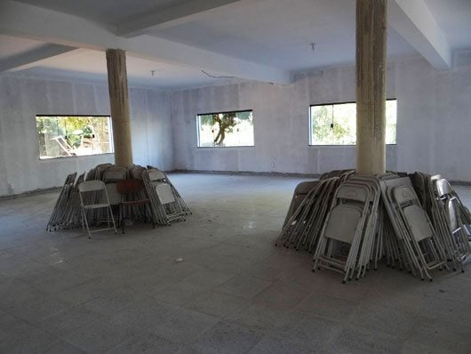 Salão com palco, onde, mesmo sem o acabamento final, já aconteceram inúmeras atividades no mês de dezembro