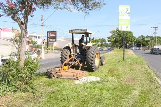 Equipes distintas realizam os serviços em áreas periféricas e nas avenidas principais \Foto: Nelson Peliche