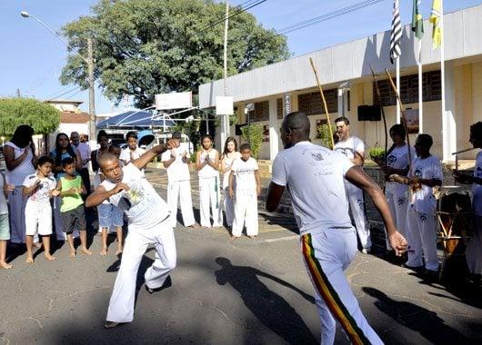 Aconteceram apresentações de capoeira, do projeto EIVEMCA