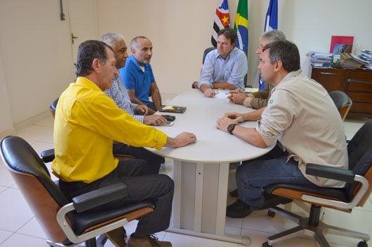Consultores empresariais estiveram no município para apresentar o interesse da vinda de uma empresa na indústria de alimentos