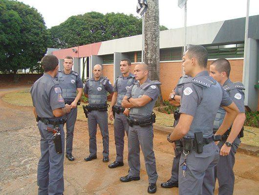 Comandante Major PM Mello Araújo (o 4º da esquerda para a direita) e os novos soldados