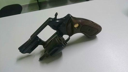Foi apreendido um revólver calibre 38, com numeração raspada