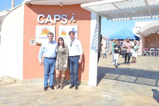 O secretário de Saúde, Dr. Zeedivaldo Alves de Miranda, a coordenadora Viviane Bergamo Felizato e o prefeito Dr. Antonio em frente ao novo prédio do CAPSi