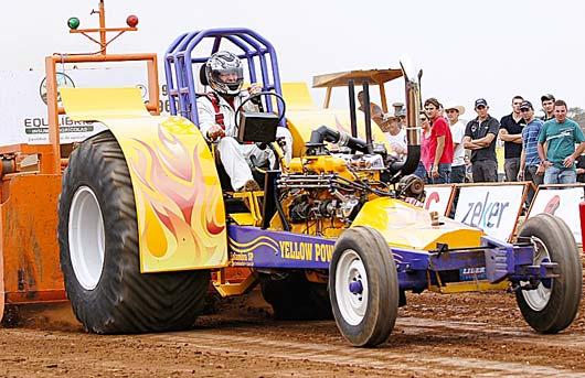 O desafio dos competidores é arrastar uma carreta que pode pesar até 100 toneladas pela maior distância possível em uma pista de 100 metros de comprimento