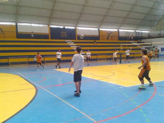 No voleibol a experiência foi de apresentar as diferenças de aprendizagem entre educação física escolar e treinamento esportivo