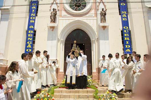 Trazida pelo Pároco Padre Wellington Gustavo de Souza e pelo Vigário Paroquial Padre Bruno Roberto Rossi, a réplica jubilar da santa chegou à Santo Antônio de Posse