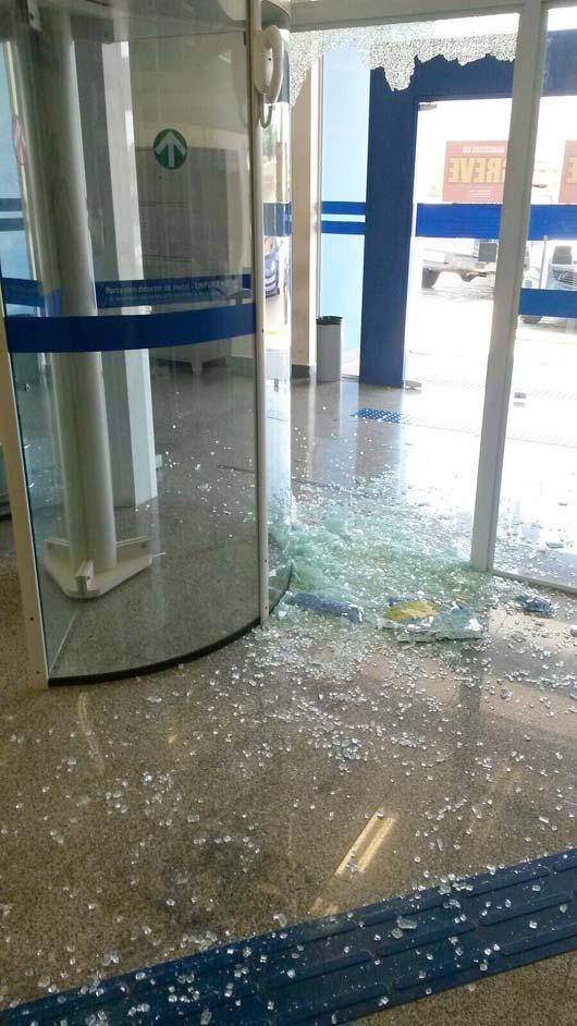 Assaltantes quebraram a lateral de uma das portas giratórias e adentraram a agência