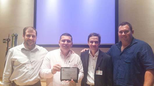 O gerente da L.A. Ferretti, Jonas Octávio (com a placa), dedicou o prêmio a todos os parceiros e colaboradores