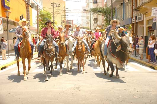 Por volta das 12 horas, pelo menos 400 pessoas cavalgaram pelas ruas centrais
