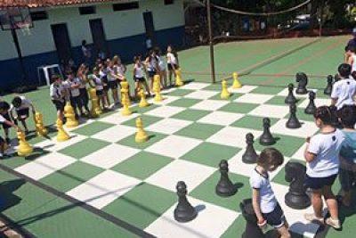 Estudantes jogam xadrez gigante e vôlei pedagógico