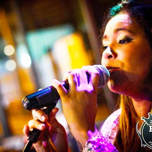 A Orquídea Café apresenta o show da cantora campineira Erika Almeida
