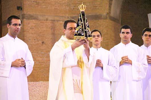 Momento da entrega da imagem à Diocese de Amparo, ocorrida no dia 31 de janeiro de 2015 no Santuário Nacional de Aparecida