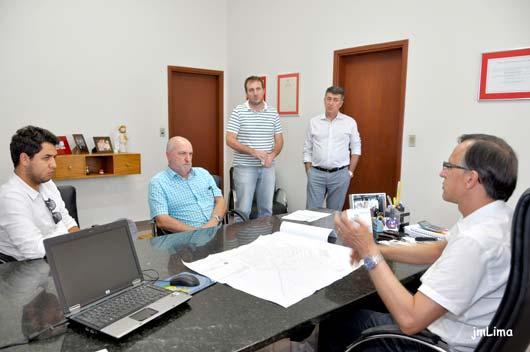 O prefeito Valdeci Lourenço assinou ordem de serviço da obra