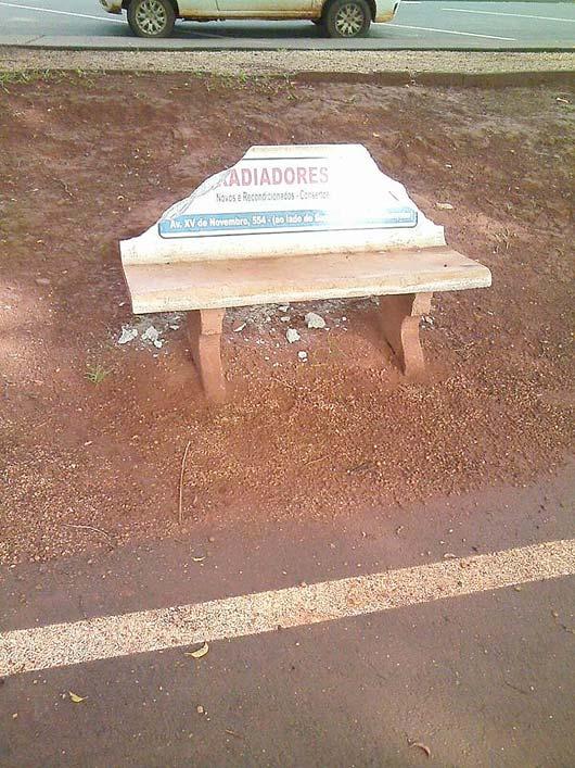 Diversos bancos foram arrancados com o suporte e foram quebrados, outros foram totalmente quebrados
