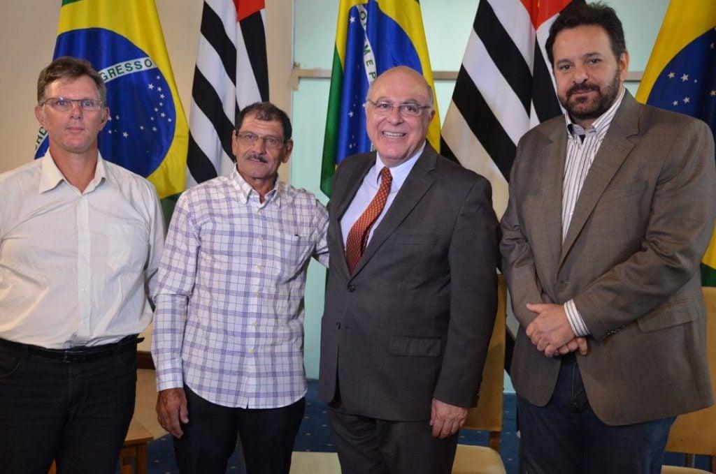 Prefeito assinou o convênio com o secretário de Estado, Arnaldo Jardim e integrantes da Coopcham.