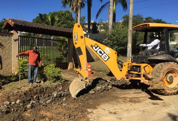 Prefeitura implanta dreno na Estrada Julio Peron em Pedreira