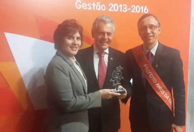 """Valdeci recebe prêmio """"Prefeito amigo da criança"""" em Brasília"""