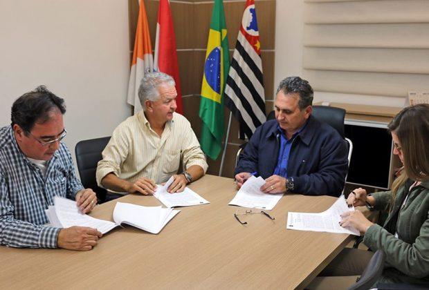 Dr. Fernando assina contrato para início de reforma no Ginásio de Esportes