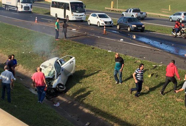 Acidente grave entre caminhão e carro mata duas pessoas e deixa três feridos na SP-340