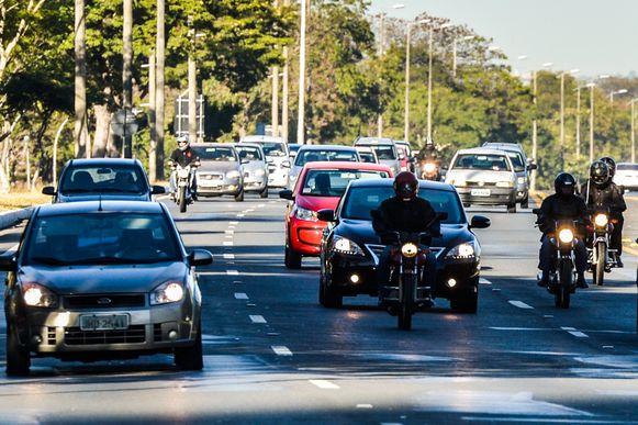 Brasília - A partir de hoje (8), o uso do farol baixo aceso durante o dia em rodovias é obrigatório. Quem for flagrado com as luzes apagadas será multado em R$ 85,13, por infração leve, e terá quatro pontos na carteira de habilitação (José Cruz/Agência Barsil)