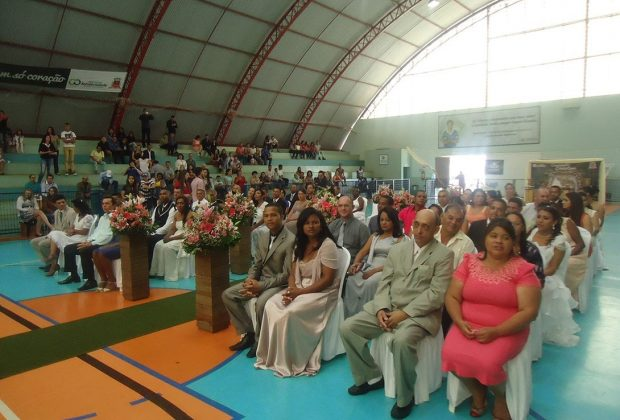 União de 28 casais é oficializada em Casamento Comunitário