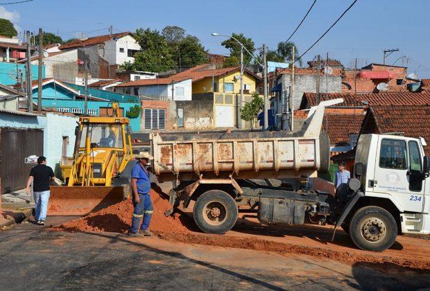 SAAE identifica vazamento e troca trecho de rede de esgoto