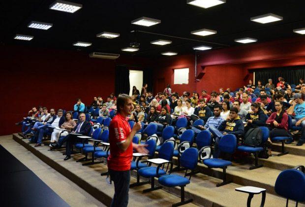 Atleta olímpico ministra palestra aos alunos de Educação Física da FAJ