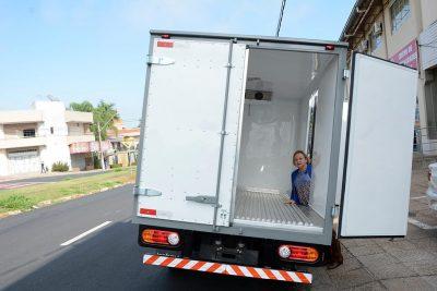 Transporte de vacinas e medicamentos conta com caminhão equipado com refrigerador