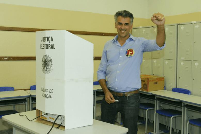 O candidato, Gustavo Reis, também compareceu na sua escola de votação para efetuar seu voto.