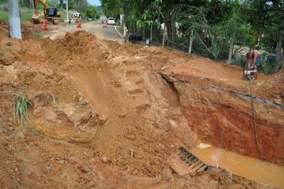 Vazamento em adutora de água causa interrupção em trecho da estrada da cachoeira