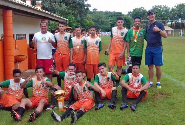 Categoria sub-16 de Holambra leva a taça da Copinha