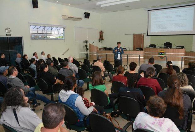 Vigilância Sanitária orienta comerciantes do setor alimentício em palestra na Câmara