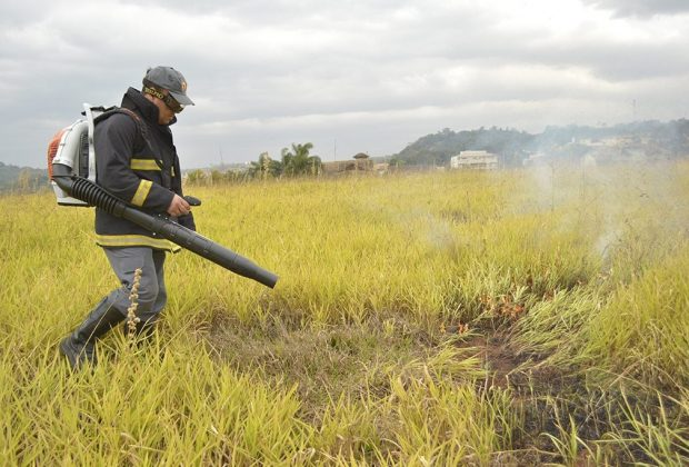 Bombeiros Civis recebem sopradores para apagar incêndio provocado por queimadas