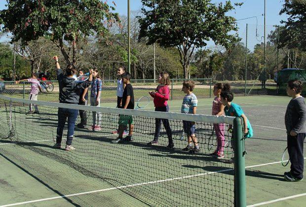 """Projeto """"Esporte para todos"""" oferece aulas gratuitas de tênis para crianças"""