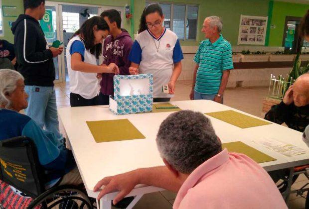 Alunos da Escola Evaldo realizam atividades no Lar da Terceira Idade em Mogi Guaçu