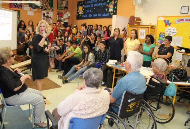 Encontro Intergeracional em escola municipal é marcado por música e poesia