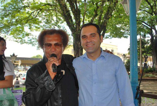 Apresentação de Reginaldo Rossi Cover teve a participação do cantor Ovelha