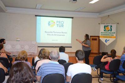 Produtores tratam sobre venda de produtos na Vila do Artesanato