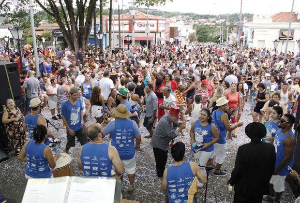 Carnaval leva 2 mil pessoas à Praça Umbelina Bueno, ao som do Siricutico da Onça