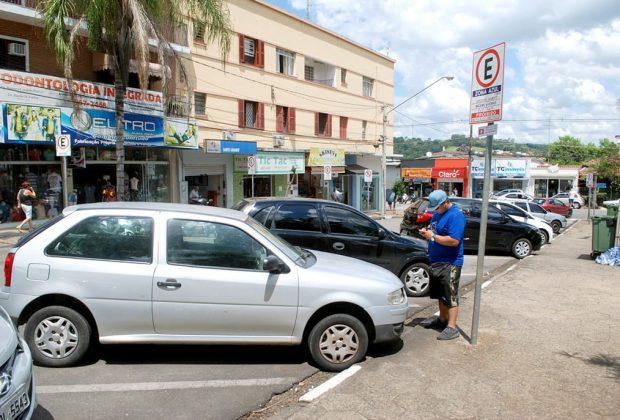 Zona Azul em Jaguariúna tem tempo de tolerância e multa só motorista que não pagar pelo uso da vaga