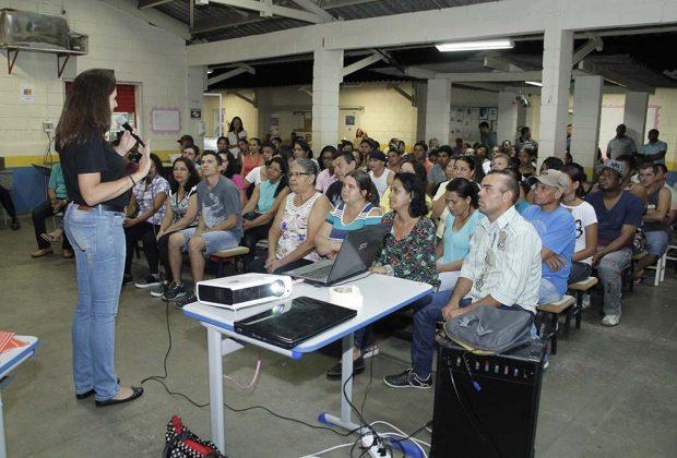Facilitadoras da Prefeitura orientam alunos do CEJA sobre o Time do Emprego