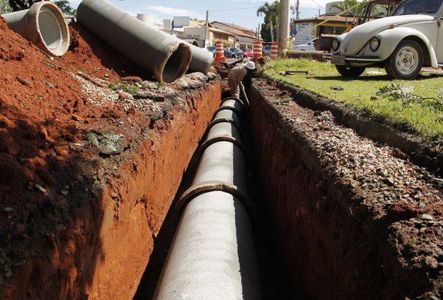 Prefeitura instala tubulação de águas pluviais em rua atrás do Hospital Municipal