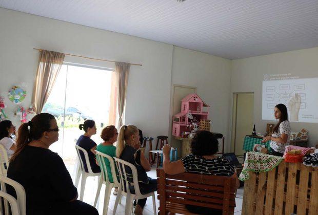 Artesãos da Vila participam de palestra sobre atendimento e exposição de produtos