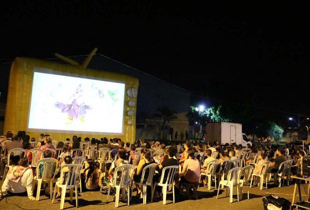 Mais de 400 pessoas prestigiam cinema ao ar livre no Passarela
